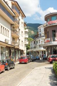 rue-étroite-avec-le-trottoir-en-pierre-dans-karlovo-bulgarie-75378818